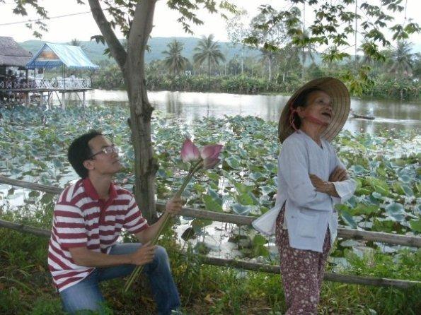 Lương Hoàng yêu say đắm cô gái này nhưng cô ta đã bỏ đi theo Trai Nghèo.
